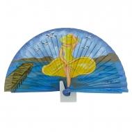 Signora di design di fan in legno nel mare